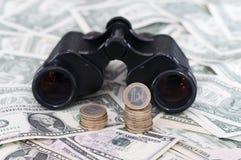 Euro et dollar US avec des jumelles Images stock
