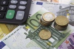 Euro (EUR) och en räknemaskin äganderätt för home tangent för affärsidé som guld- ner skyen till Arkivfoton