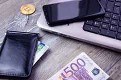 Euro för kontokortbärbar datorsmartphone royaltyfria foton