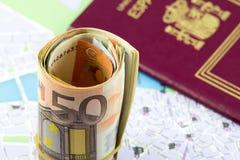 Euro fünfzig rollte oben auf einer Karte als Hintergrund und spanischer Pass Lizenzfreie Stockfotografie