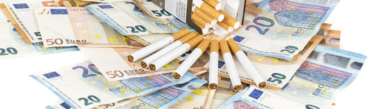 Euro factures de billets de banque avec des cigarettes Photographie stock libre de droits