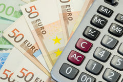 Euro factures et calculatrice d'argent Image stock