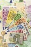 Euro fatture con l'euro moneta Fotografia Stock