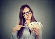 Euro fatture dei riusciti di affari della donna soldi felici della tenuta a disposizione Immagine Stock