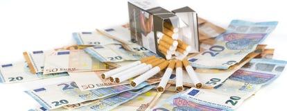 Euro fatture delle banconote con le sigarette Fotografie Stock