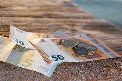 Euro fatture e monete - denaro contante Fotografie Stock Libere da Diritti