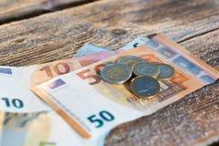 Euro fatture e monete - denaro contante Immagini Stock Libere da Diritti