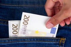 euro fixation de main de billets de banque Images stock