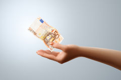 50 Euro fliegt zur weiblichen Hand Lizenzfreies Stockbild