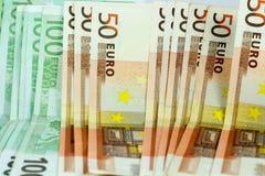 Euro fondo delle banconote dei soldi - 50 e 100 fatture Fotografia Stock