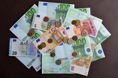 euro- fundo do dinheiro Pilha de euro- cédulas diferentes em Ta Fotografia de Stock