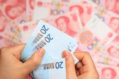 Euro gegen chinesisches Bargeld Stockbilder