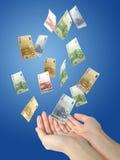 Euro geld dat aan handen valt. Stock Afbeeldingen