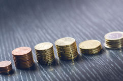 Euro geld De muntstukken zijn op een donkere achtergrond Munt van Europa Saldo van geld De bouw van muntstukken Muntstukken van v Royalty-vrije Stock Fotografie