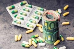 Euro geld en geneesmiddelen Euro bankbiljetten en pillen Stock Afbeelding