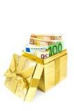 Euro geld in gouden giftdoos Stock Afbeelding