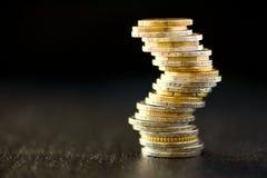 Euro geld, munt Succes, rijkdom en armoede, poornessconcept Euro muntstukkenstapel op donkere zwarte achtergrond met exemplaar Stock Foto