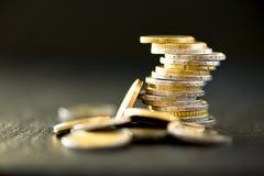 Euro geld, munt Succes, rijkdom en armoede, poornessconcept Euro muntstukkenstapel op donkere zwarte achtergrond met exemplaar Royalty-vrije Stock Afbeelding