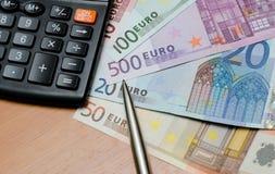 Euro geldachtergrond en calculator Stock Foto's