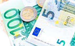 Euro geldbankbiljetten en muntstukken Stock Fotografie
