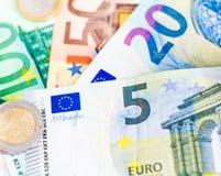 Euro geldbankbiljetten en muntstukken Stock Foto's
