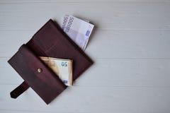 Euro geldbankbiljetten en portefeuille op het witte houten bureau Bedrijfsgeldachtergrond Stock Afbeelding