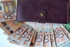 Euro geldbankbiljetten en portefeuille op het witte houten bureau Bedrijfsgeldachtergrond Stock Fotografie