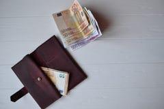 Euro geldbankbiljetten en portefeuille op het witte houten bureau Bedrijfsgeldachtergrond Royalty-vrije Stock Foto's
