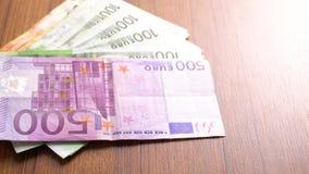 Euro geldbankbiljetten Envelopbankbiljetten als deel van het de betalingssysteem van het verenigde land Euro Geldmunt Het geld va stock footage