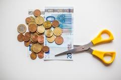 Euro geldbesnoeiingen op de begroting Stock Foto's