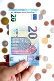 Euro 20 an Hand und Münze Lizenzfreies Stockfoto