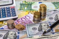 Euro i dolarowi rachunki z piórem, moneta Zdjęcia Royalty Free