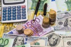 Euro i dolarowi rachunki z piórem, moneta Zdjęcie Stock