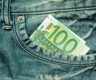 euro 100 i facket av jeans Arkivfoton