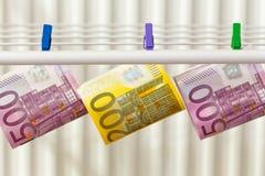 Euro, les dénominations les plus élevées accrochant sur le dessiccateur Concept photos stock