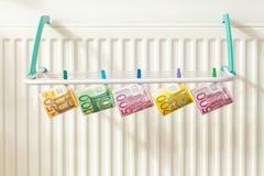 Euro, les dénominations les plus élevées accrochant sur le dessiccateur Concept images libres de droits