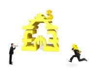Euro levando do homem de negócios com uma outra gritaria para o stacki do dinheiro fotografia de stock