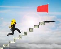 Euro levando do ouro do homem de negócios à bandeira vermelha em escadas do dinheiro ilustração stock