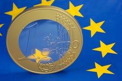 Euro-Münze auf Euro-Markierungsfahne Stockfoto