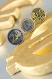 Euro-Münzen auf einem Euro-Zeichen Lizenzfreie Stockfotos
