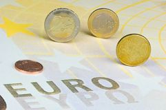 Euro-Münzen auf Euro-Banknote Stockfoto