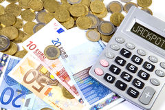 Euro-Münzen, Banknoten und Taschenrechnermaschine auf einem weißen backgr Lizenzfreies Stockbild