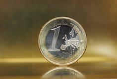 1 euro menniczy, Europejski zjednoczenie nad złocistym tłem Zdjęcie Stock