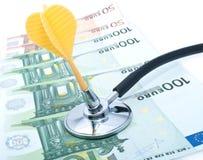 Euro mit Stethoskop und Pfeilen Lizenzfreie Stockfotos