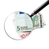 A euro- moeda sob uma lupa Fotografia de Stock Royalty Free