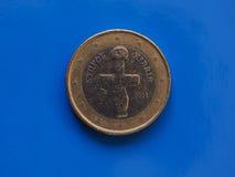 1 euro- moeda, União Europeia, Chipre sobre o azul Fotos de Stock Royalty Free