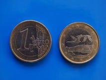 1 euro- moeda, União Europeia, Finlandia sobre o azul Fotos de Stock Royalty Free