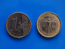 1 euro- moeda, União Europeia, Itália sobre o azul Foto de Stock