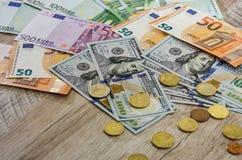 Euro, moedas, dólares em um close-up de madeira do fundo imagens de stock