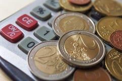 Euro- moedas e calculadora Fotos de Stock